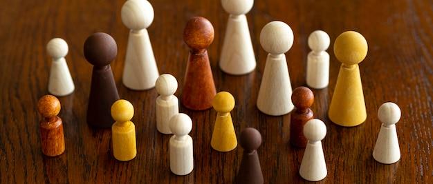 机の上のチェスの駒の多様性 無料写真