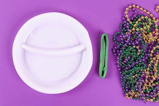 Diy wreath mardi gras, fat tuesday purple background. Premium Photo