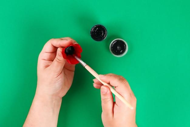 Сделай сам венок из красного мака день анзака, памяти, помни, день памяти из картонных яичных лотков. Premium Фотографии