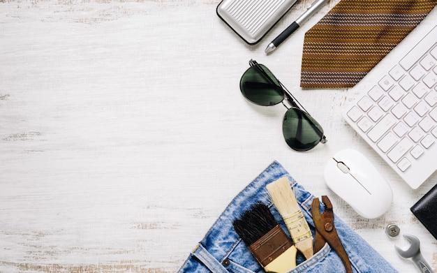 フラットレイアウトアクセサリーツールとコピースペースを持つ錆びた白い木の労働者のための服。労働または労働日、労働者の日、父の日および家のdiy修理の概念のための空白スペース平面図。 Premium写真