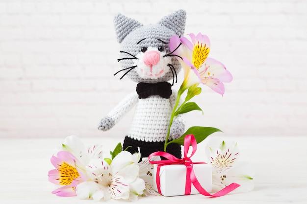 ニット猫、カップル、おもちゃ。手作り、あみぐるみ。白背景、はがき。 diy Premium写真