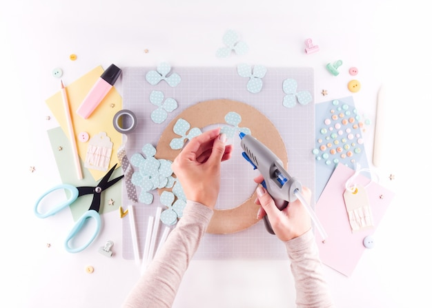 Мастер-класс по скрапбукингу. diy. сделайте весенний декор для интерьера - венок из бумаги. Premium Фотографии