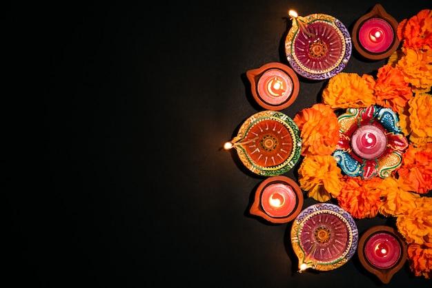 ハッピーディワリ祭-ヒンズー教の祭り、黒のカラフルな伝統的な石油ランプdiya Premium写真