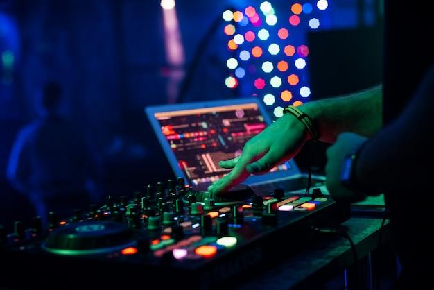 Dj играет музыку на профессиональном микшере контроллера музыкального оборудования Premium Фотографии