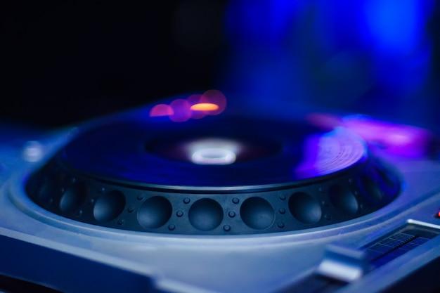 電子音楽を再生するためのdjセットアップ、ぼやけた色 Premium写真