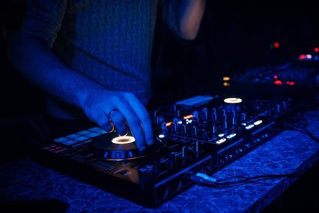 Djはパーティーのナイトクラブで電子音楽を演奏します Premium写真