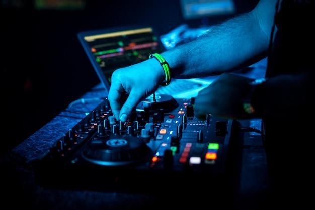 プロのコントローラーボードで音楽をミキシングする手dj Premium写真