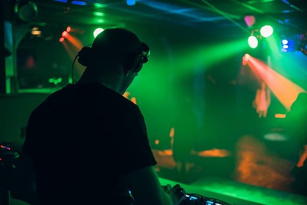 音楽コンサートでヘッドフォン付きのdjが演奏 Premium写真