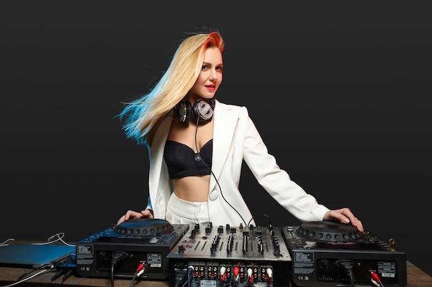 Красивая блондинка dj девушка на палубе - вечеринка, Бесплатные Фотографии