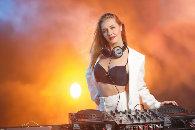 デッキの美しい金髪dj女の子-パーティー 無料写真