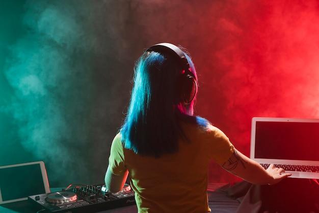 クラブでミキシングdj女性ミキシング 無料写真