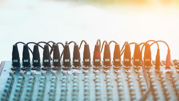 Djコンソールミキシングデスク、音量レベルとプラグマイクチャンネル付きブラックサウンドミキサーコントローラー Premium写真