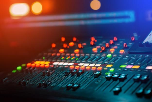 ライトボケ味のdjミュージックミキシングコンソール Premium写真