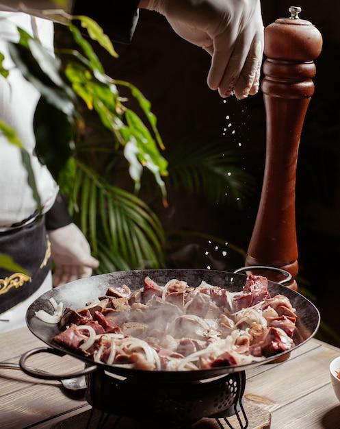 アゼルバイジャン料理djiz-bizラム、肝臓、心臓、肺、脾臓、腎臓、脂肪 無料写真