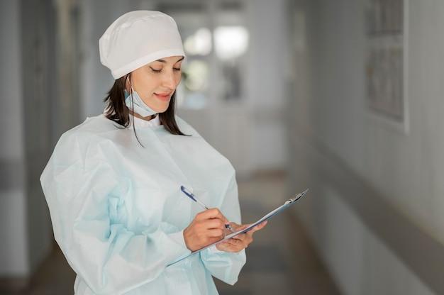 Врач проверки медицинской формы в больнице Бесплатные Фотографии