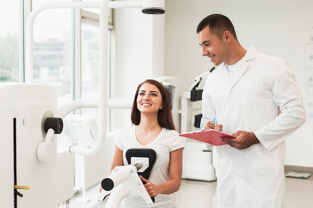 Doctor checking patient working out Free Photo
