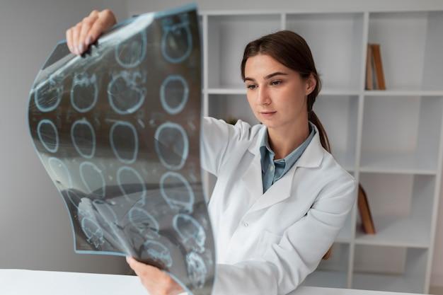 Medico che controlla i raggi x dei pazienti Foto Gratuite