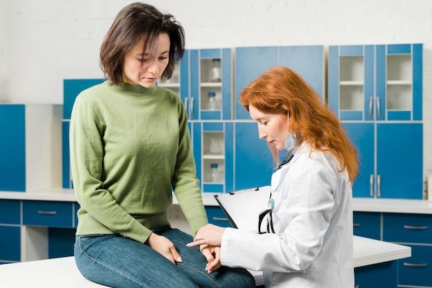 Medico che consulta il paziente nel suo ufficio Foto Gratuite