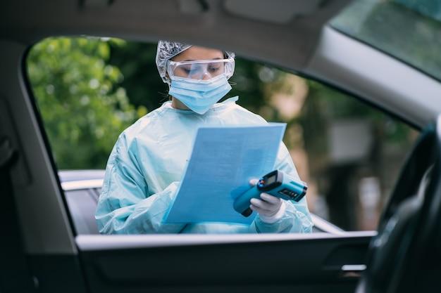 Врач эпидемиолог, борющийся с коронавирусом covid-19. медсестра носит защитный костюм и маску во время вспышки covid19. Бесплатные Фотографии