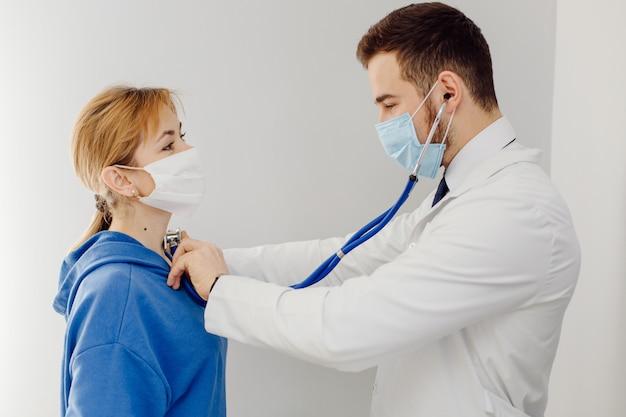 Il medico esamina il paziente. concetto di medicina e assistenza sanitaria. Foto Gratuite