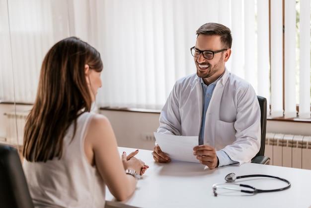 Doctor explaining prescription to patient, healthcare concept Premium Photo