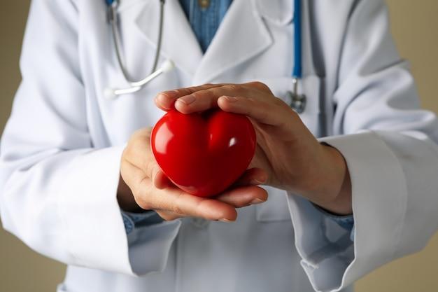 Доктор держать сердце крупным планом и вид спереди Premium Фотографии
