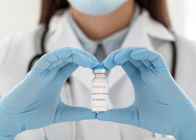 ワクチン接種者を保持している医師 無料写真