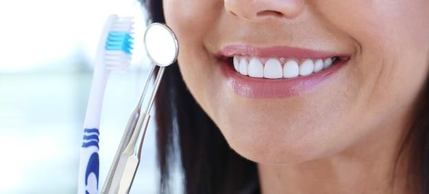 Medico che tiene gli strumenti del dentista Foto Gratuite