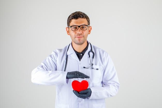 医師は聴診器で白衣の心を持って、肯定的な探して、 無料写真
