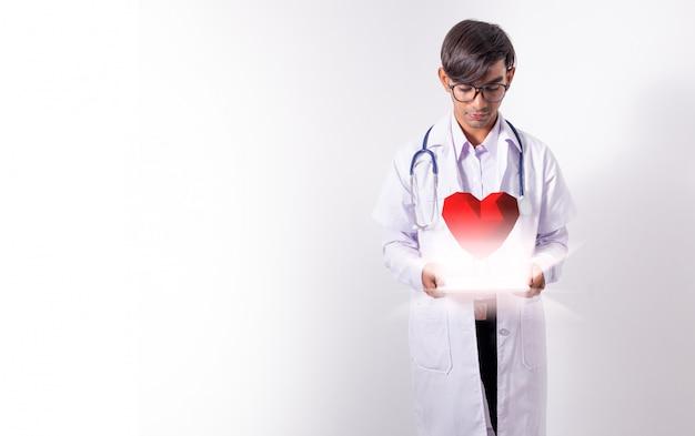 Доктор держит виртуальное сердце Premium Фотографии