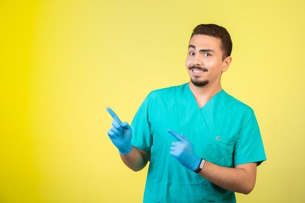 上記の何かを紹介する制服とハンドマスクの医者。 無料写真
