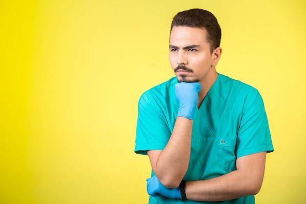 医者の制服とハンドマスクを探して、考えすぎています。 無料写真