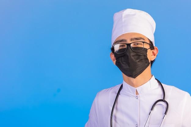 聴診器とフェイスマスクと白い医療服の医師 無料写真