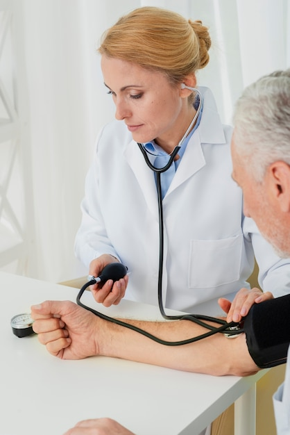 医者の膨張血圧カフ 無料写真