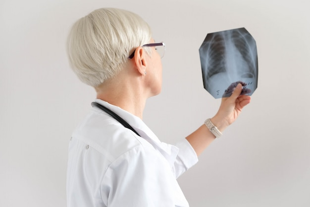 Doctor looks at x-ray picture. diagnostics. hospital and medicine Premium Photo