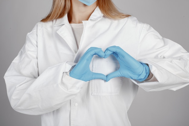 Dottore in una maschera medica. tema coronavirus. isolato su sfondo bianco Foto Gratuite