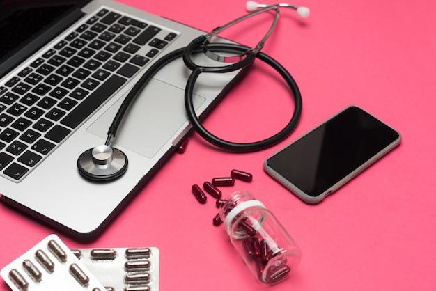 Доктор онлайн, медицинская консультация. интернет интернет-звонок к врачу Premium Фотографии