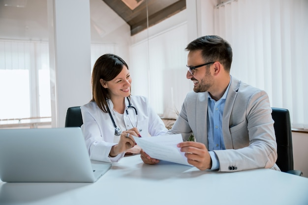 Doctor and patient talking about the treatment Premium Photo