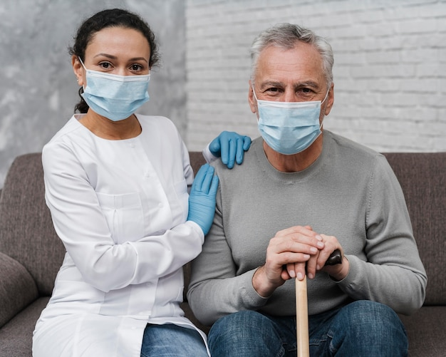 Доктор позирует со своим пациентом Бесплатные Фотографии