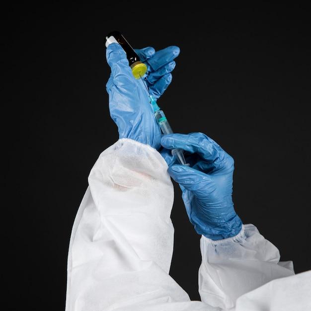 コロナウイルスワクチンを準備する医師 無料写真
