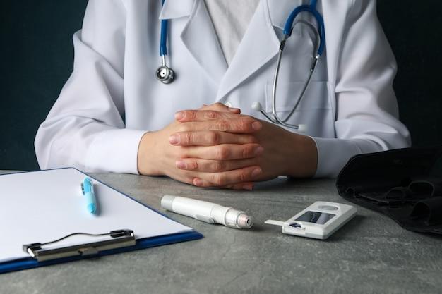 医者は腕を組んで座っています。糖尿病検査 Premium写真