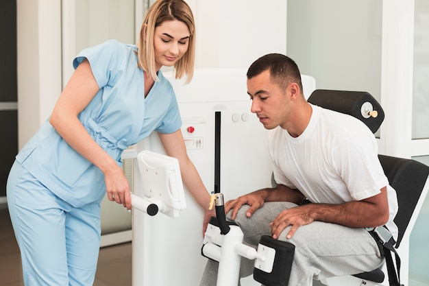 Doctor teaching patient how to use medical device Free Photo
