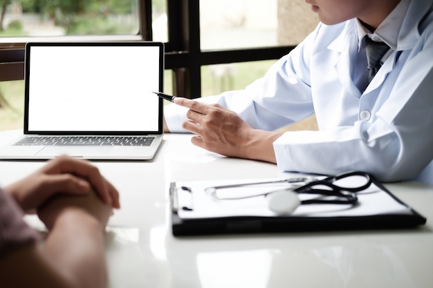 Doctor using computer tablet discussion something with patient. Premium Photo