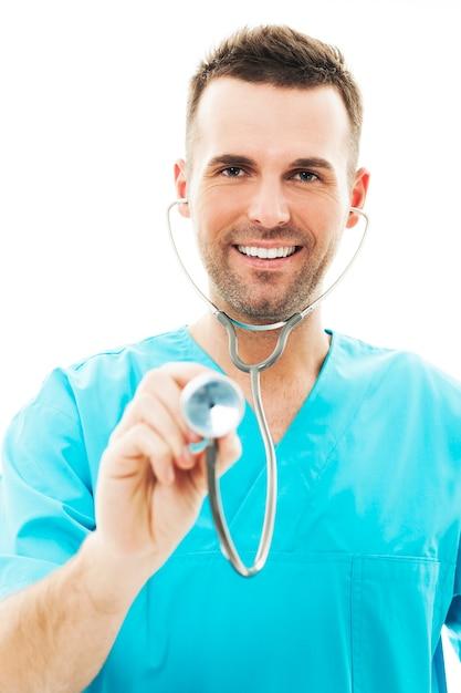 Medico che utilizza uno stetoscopio Foto Gratuite