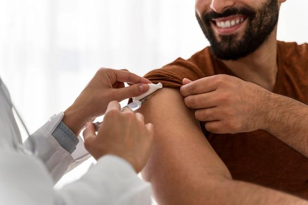 Доктор вакцинирует смайлик Бесплатные Фотографии
