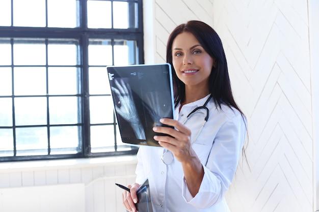 Доктор в белом халате и стетоскопе Бесплатные Фотографии