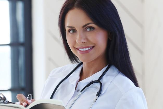 白いローブと聴診器を身に着けている医者 無料写真