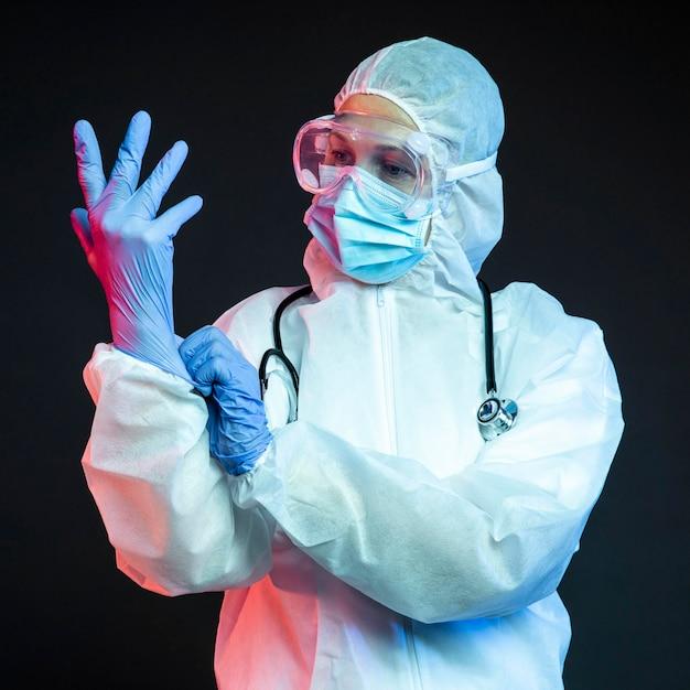 Medico con indossare guanti chirurgici Foto Gratuite