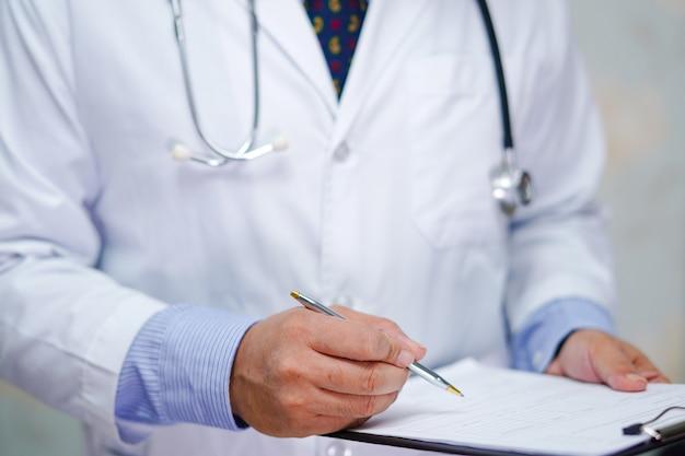 청진 기 닥터 환자의 참고 진단을 위해 클립 보드에 씁니다. 프리미엄 사진