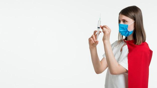 Medico con siringa e copia-spazio Foto Gratuite